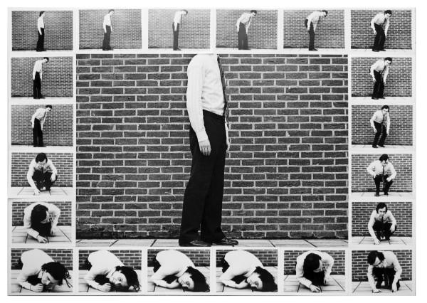 """Jacques Lizene, Contraindre le corps à s'inscrire dans le cadre de la photo, 1971 encadre de cadres 1970 et circuit fermé, 1970  1971-20 tirages argentines NB sur une impression numérique, 75 x 53.4 cm (29 ½"""" x 21"""")"""